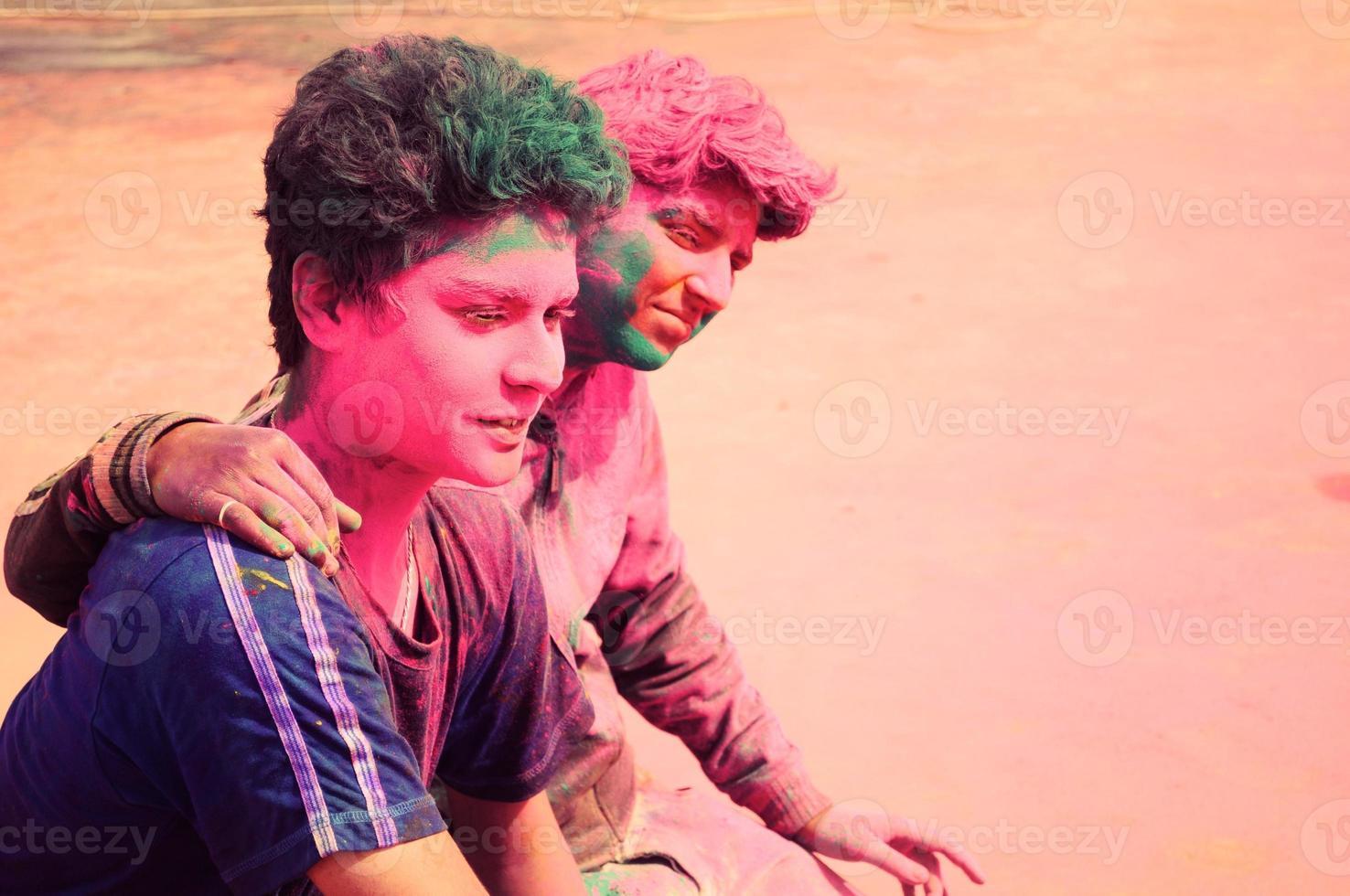 twee vrienden genieten van het kleurrijke holifestival in india. foto
