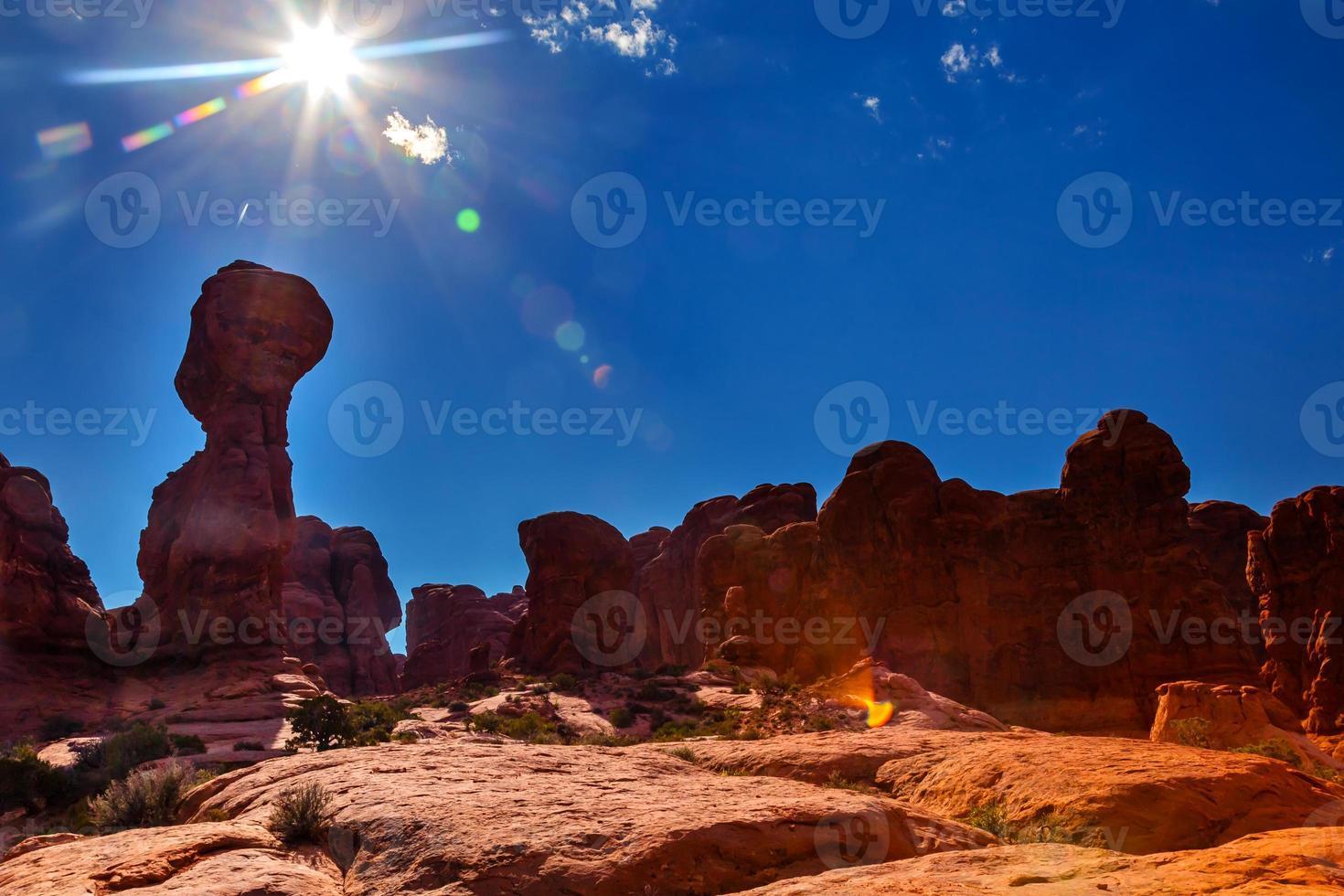 lens flare zon zandsteen hoodoos bogen nationaal park moab utah foto