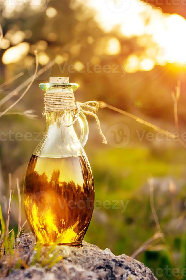 flesje met olijfolie met lensflare en zonlicht foto