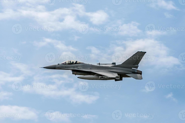 f-16 valk in de lucht foto