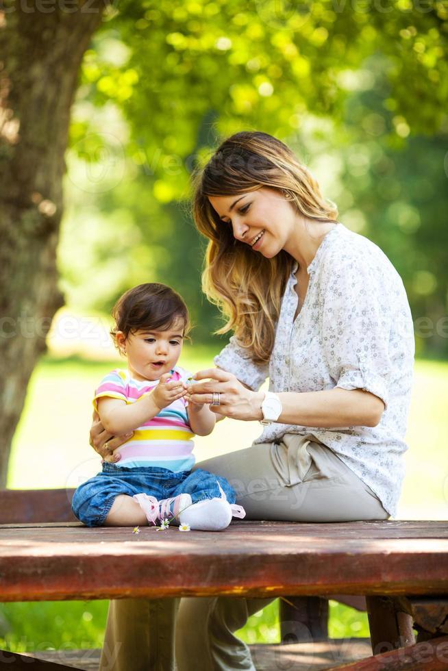 moeder en babymeisje in de natuur. foto