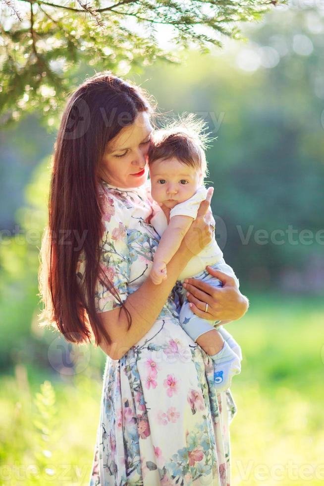 moeder met zoontje, close-up, zomer foto