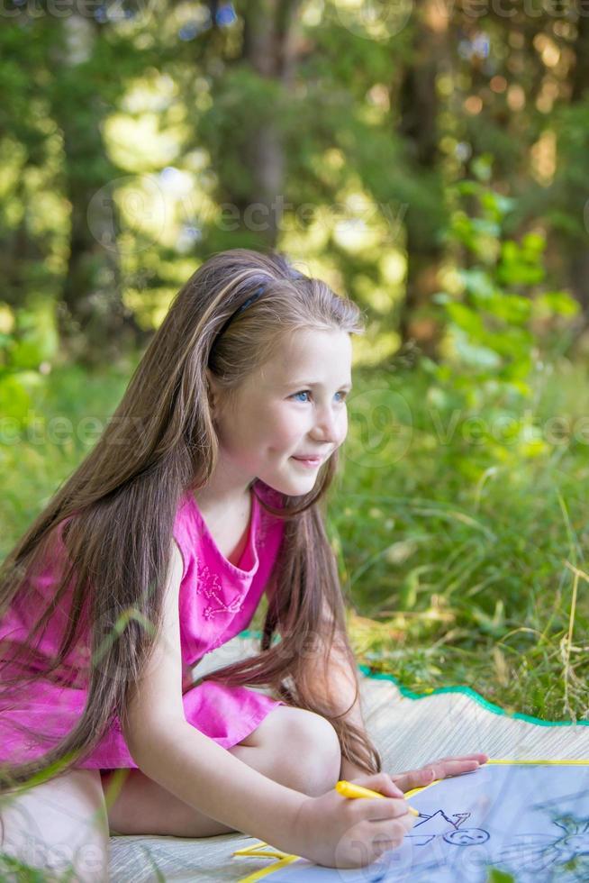 klein meisje tekenen foto
