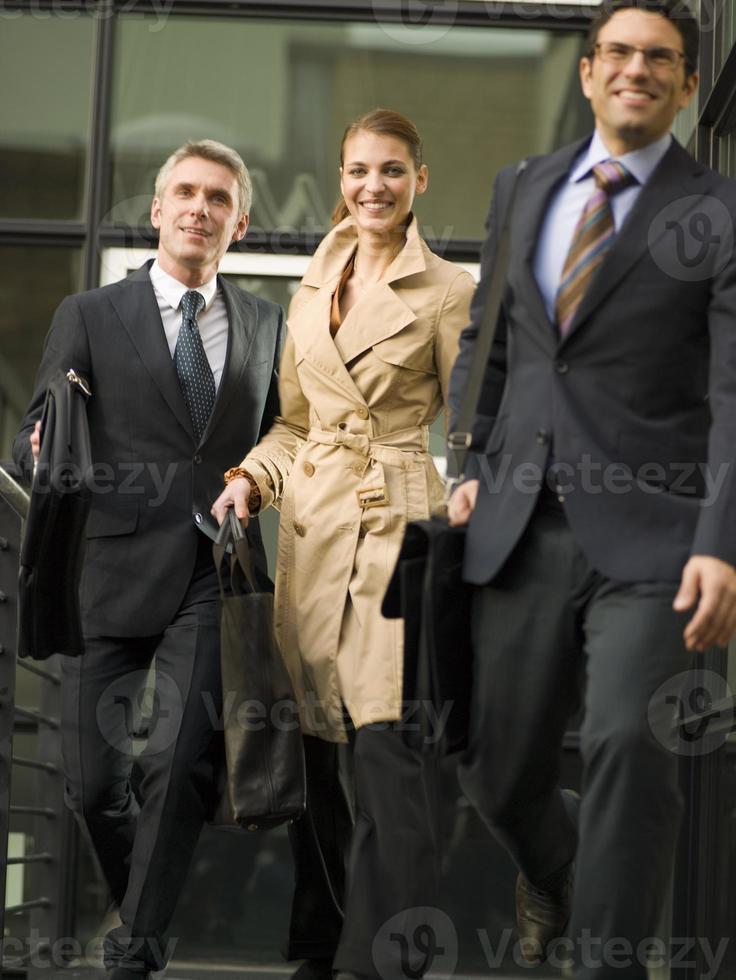 drie mensen uit het bedrijfsleven verlaten kantoor. foto