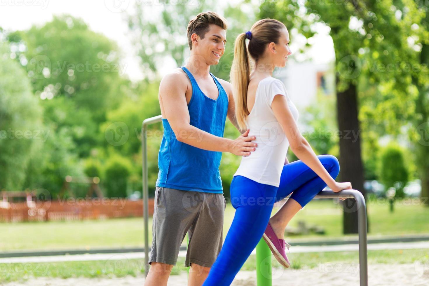 man helpt vrouw met training foto