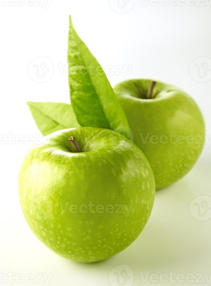 twee groene appel geïsoleerd op een witte achtergrond. foto