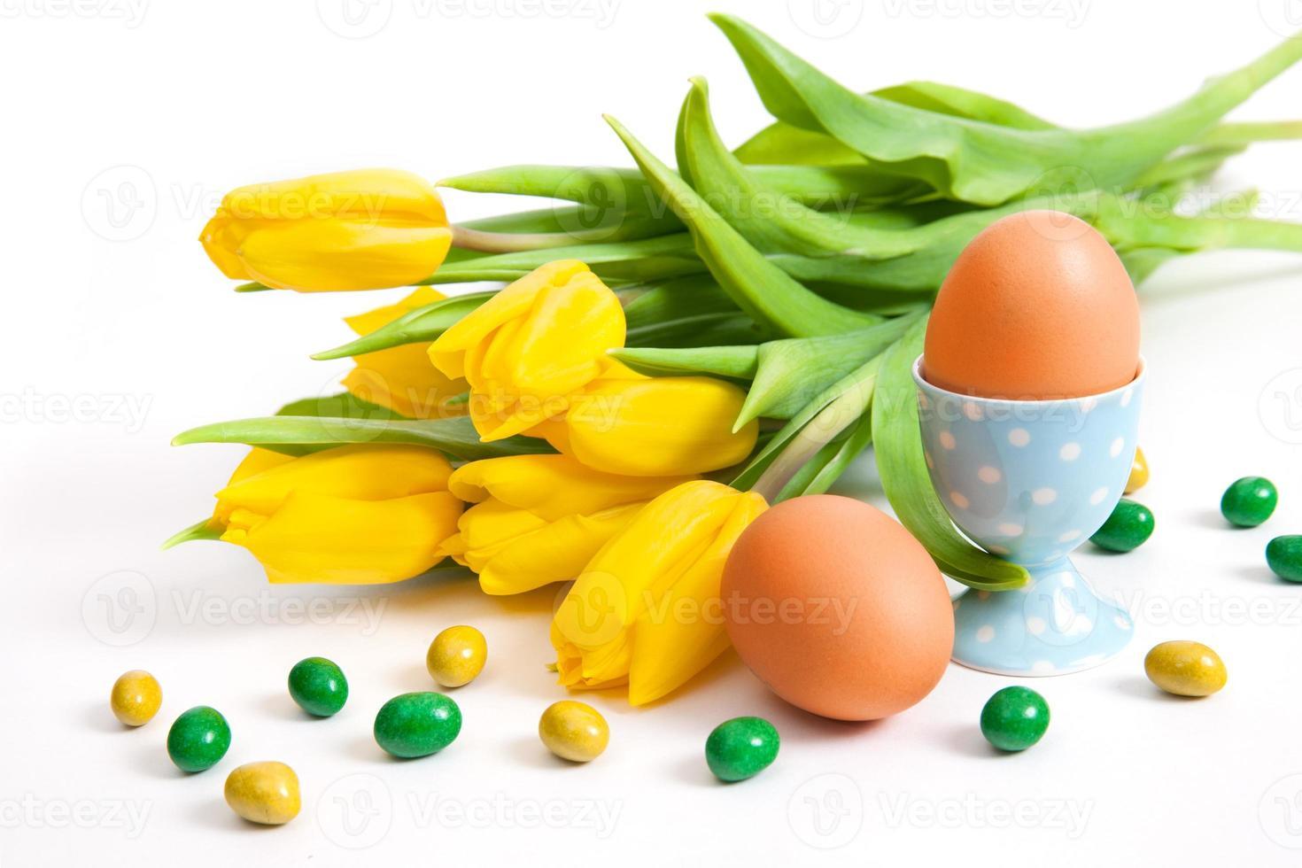 boeket gele tulpen en eieren foto