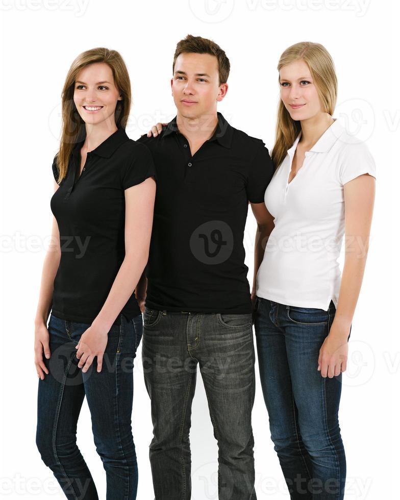 drie jonge mensen met blanco poloshirts foto