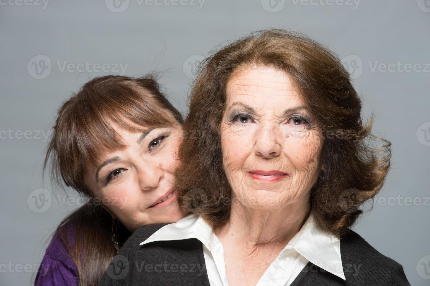 middelbare leeftijd dochter andsenior moeder knuffelen en lachend met j foto