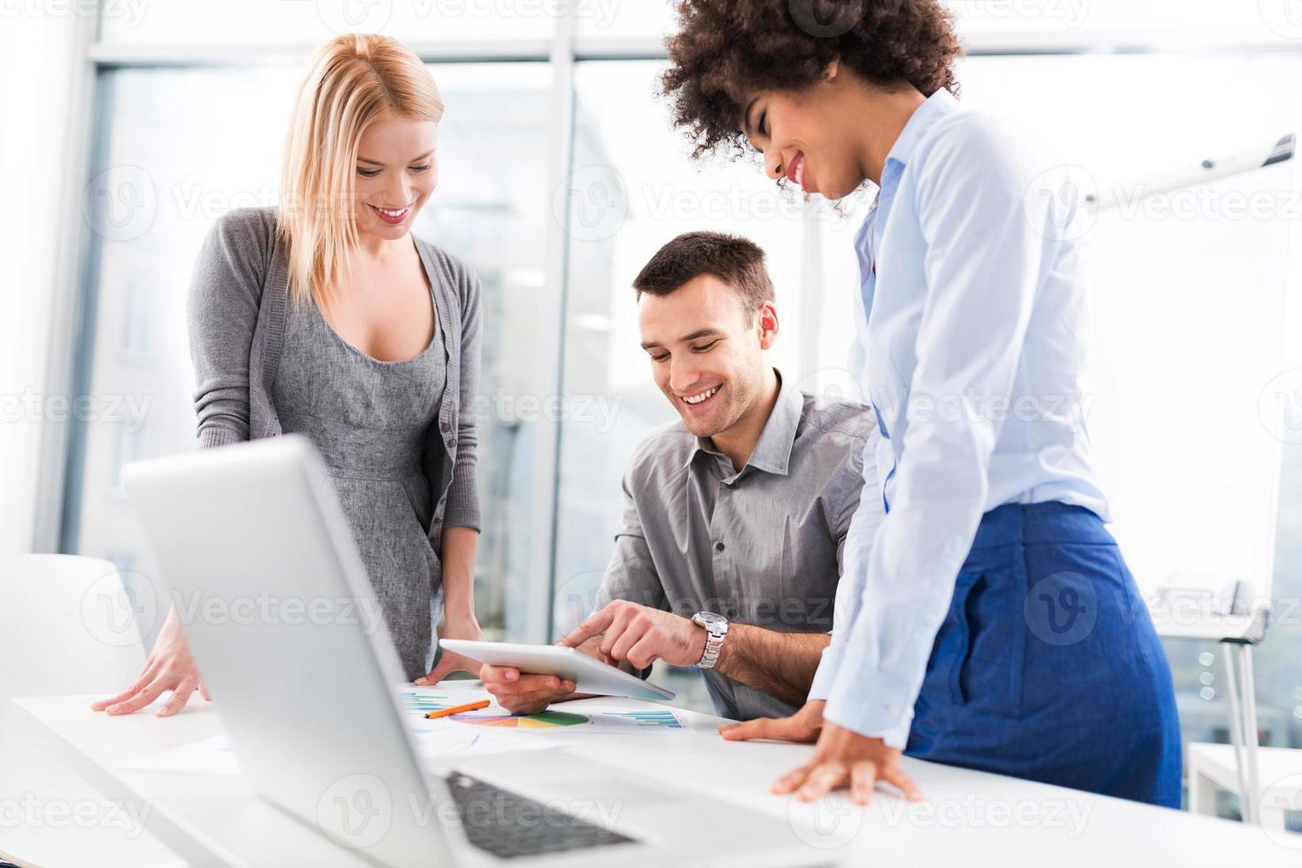 mensen uit het bedrijfsleven bijeen aan tafel foto