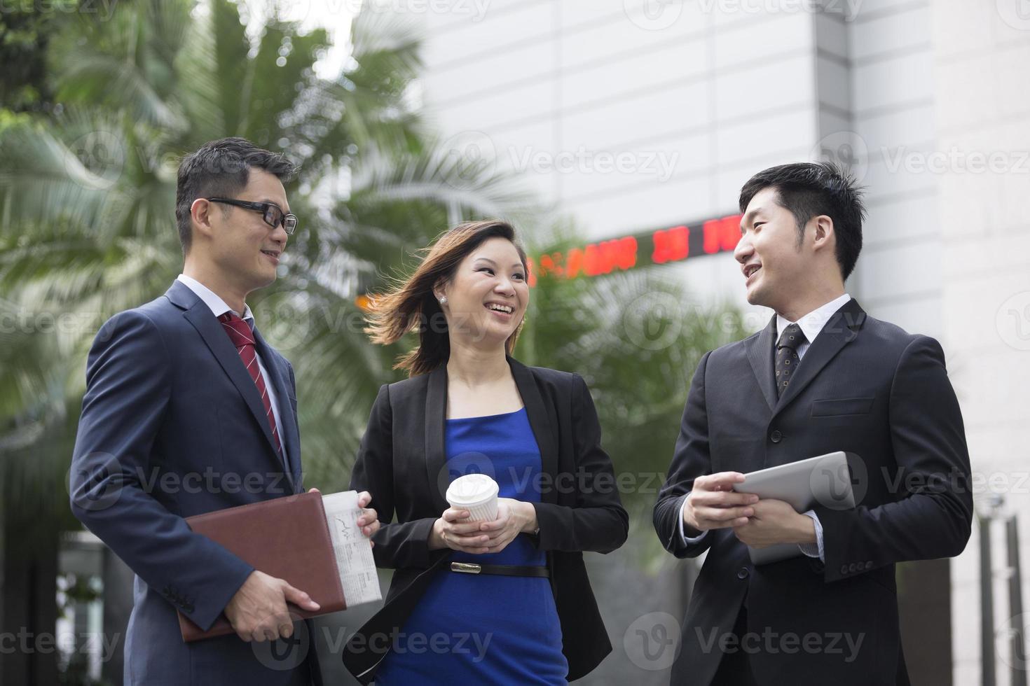 Aziatische collega's praten foto