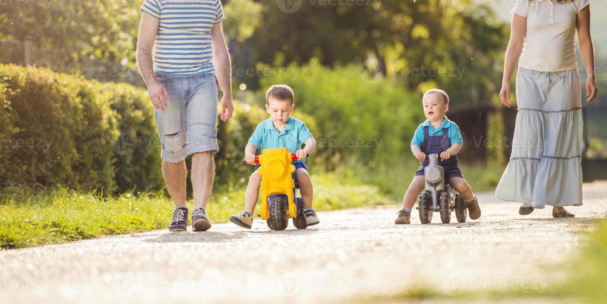 gelukkig gezin is ontspannen foto