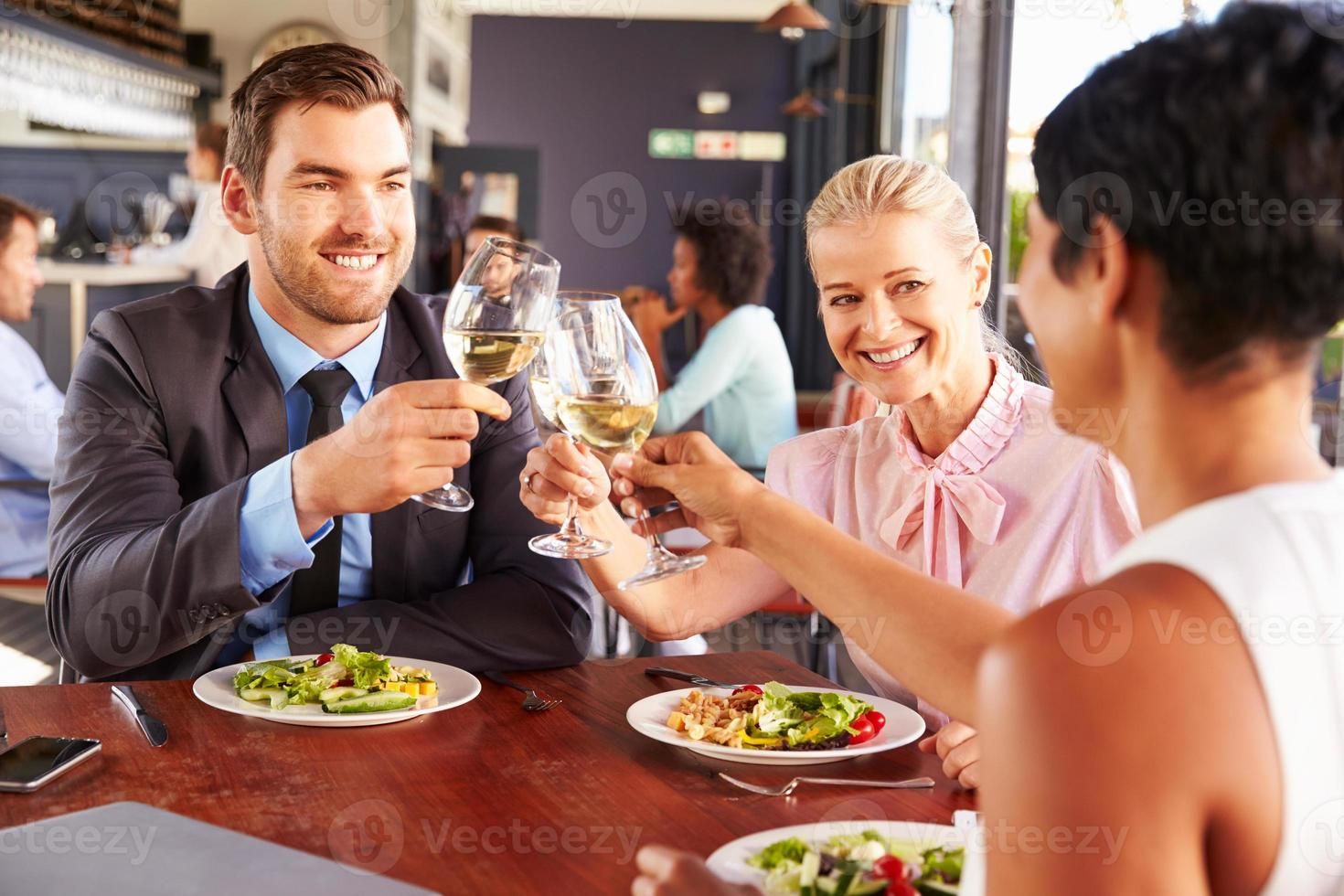 groep van mensen uit het bedrijfsleven tijdens de lunch in een restaurant foto