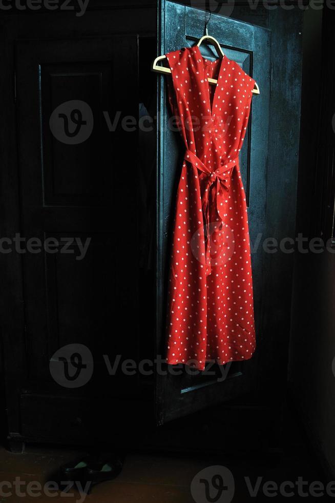 moeders rode jurk in een witte stippen foto