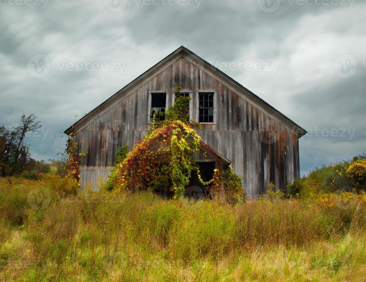 verlaten schuur in de herfst foto