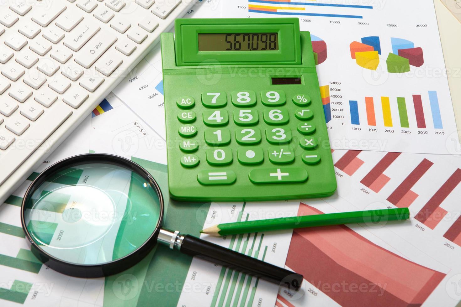 rekenmachine en vergrootglas foto