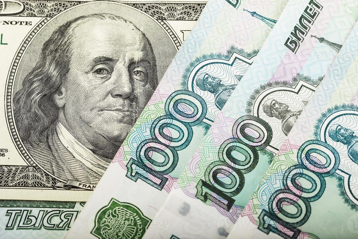 Russisch geld en honderd dollar foto