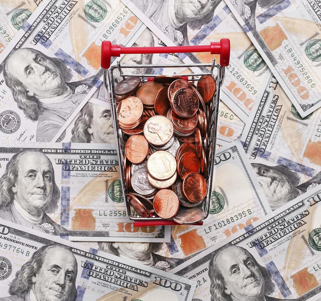 geld in winkelwagen op dollars foto