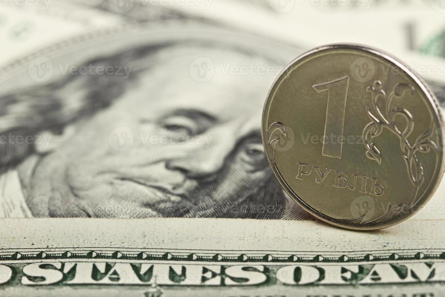 Russische roebel tegen de achtergrond van de ijzeren dollars foto