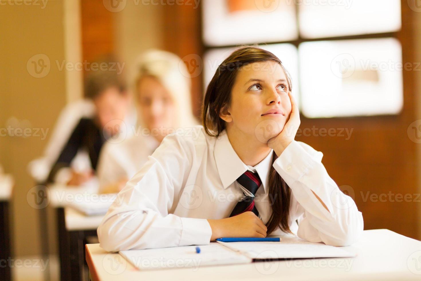 middelbare schoolmeisje dagdromen foto