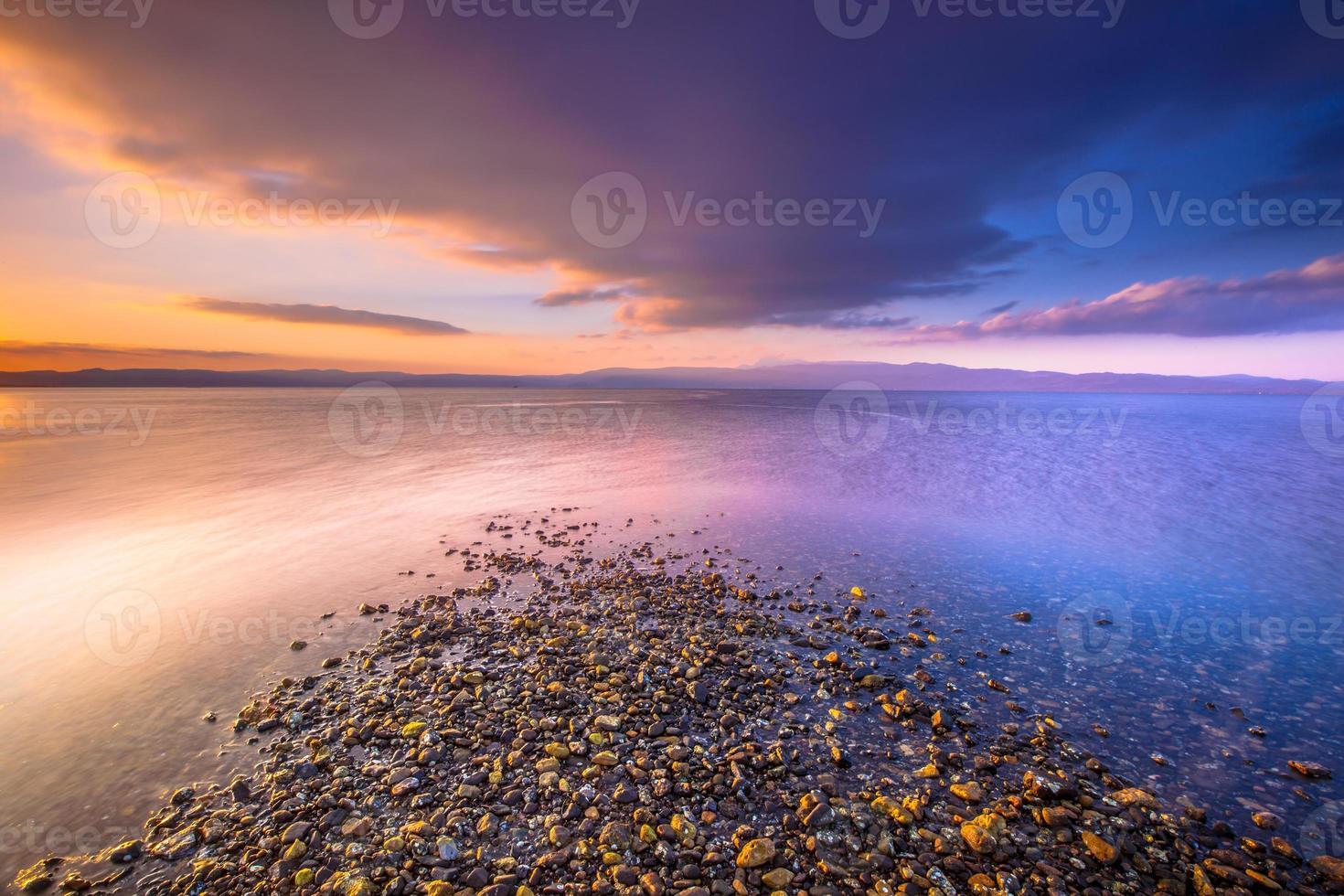 zonsopgang bij een riviermonding op lesbos eiland foto