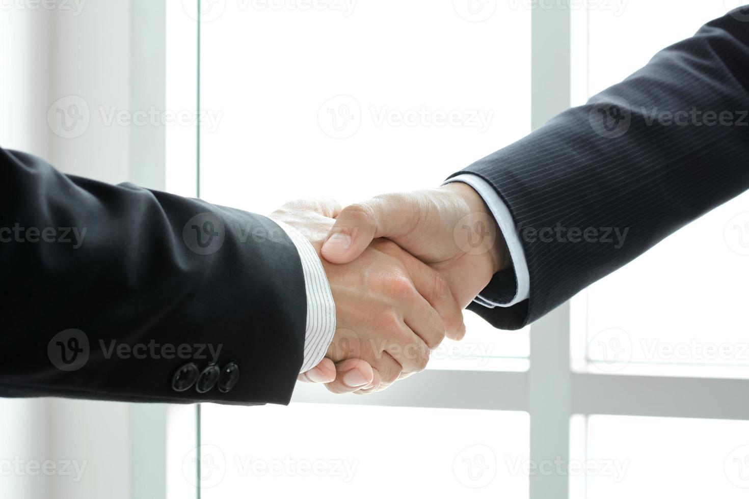 handdruk van zakenlieden - begroetings-, handels- en partnerschapsconcepten foto