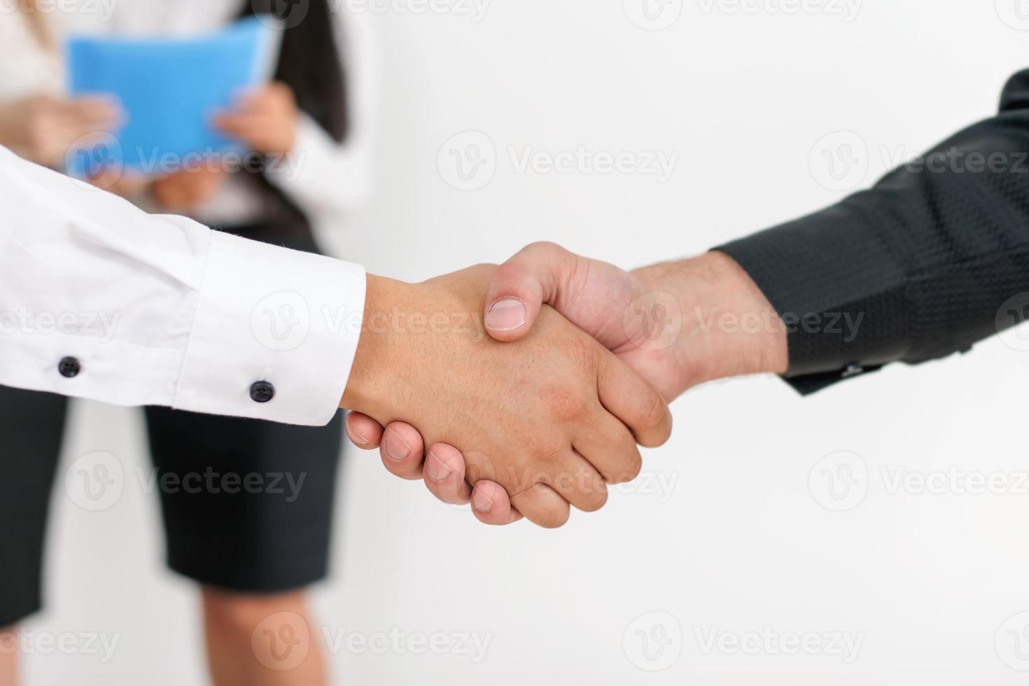 succesvolle handdruk van twee zakenlieden foto