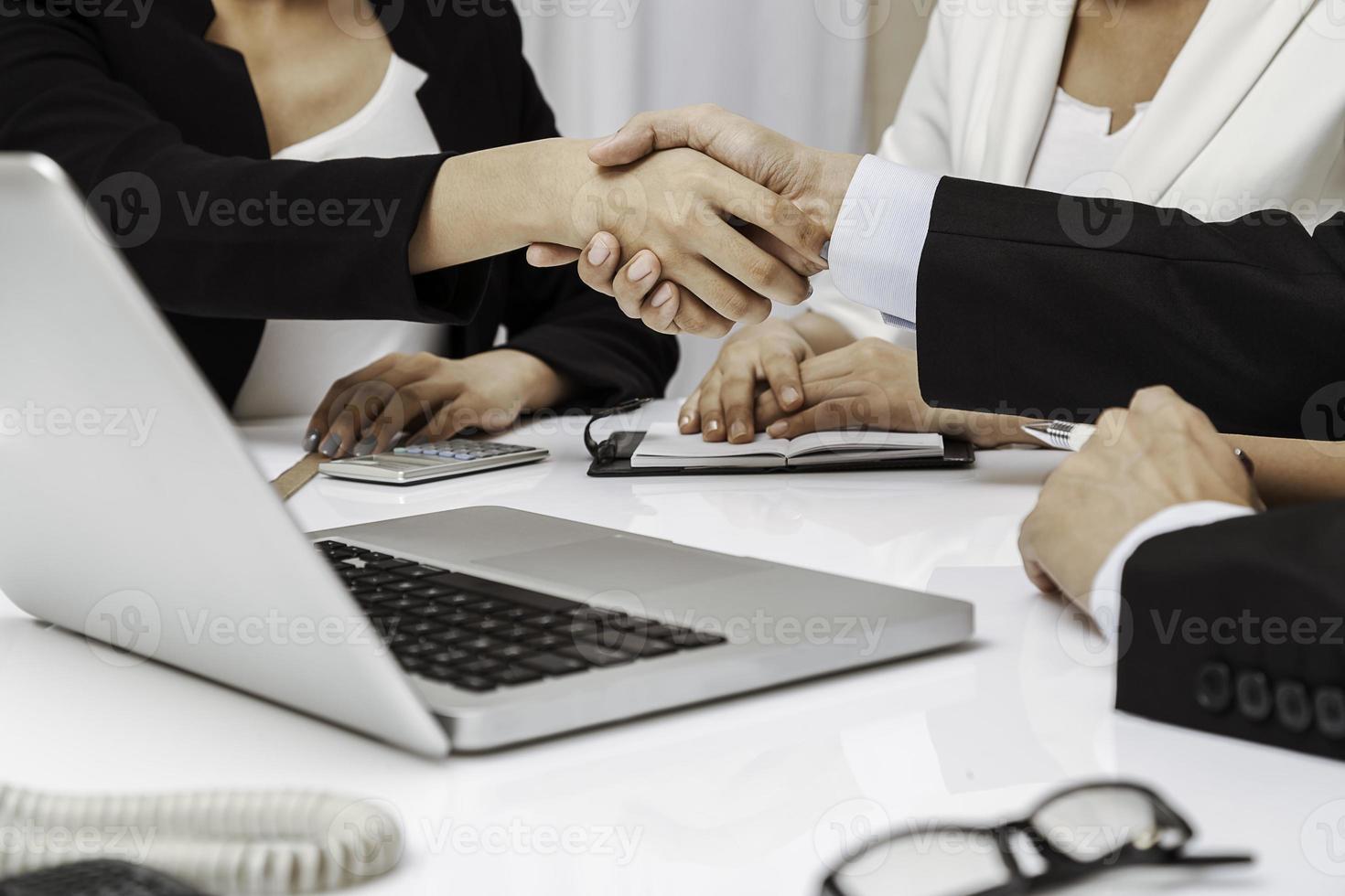 mensen uit het bedrijfsleven hebben handdruk foto