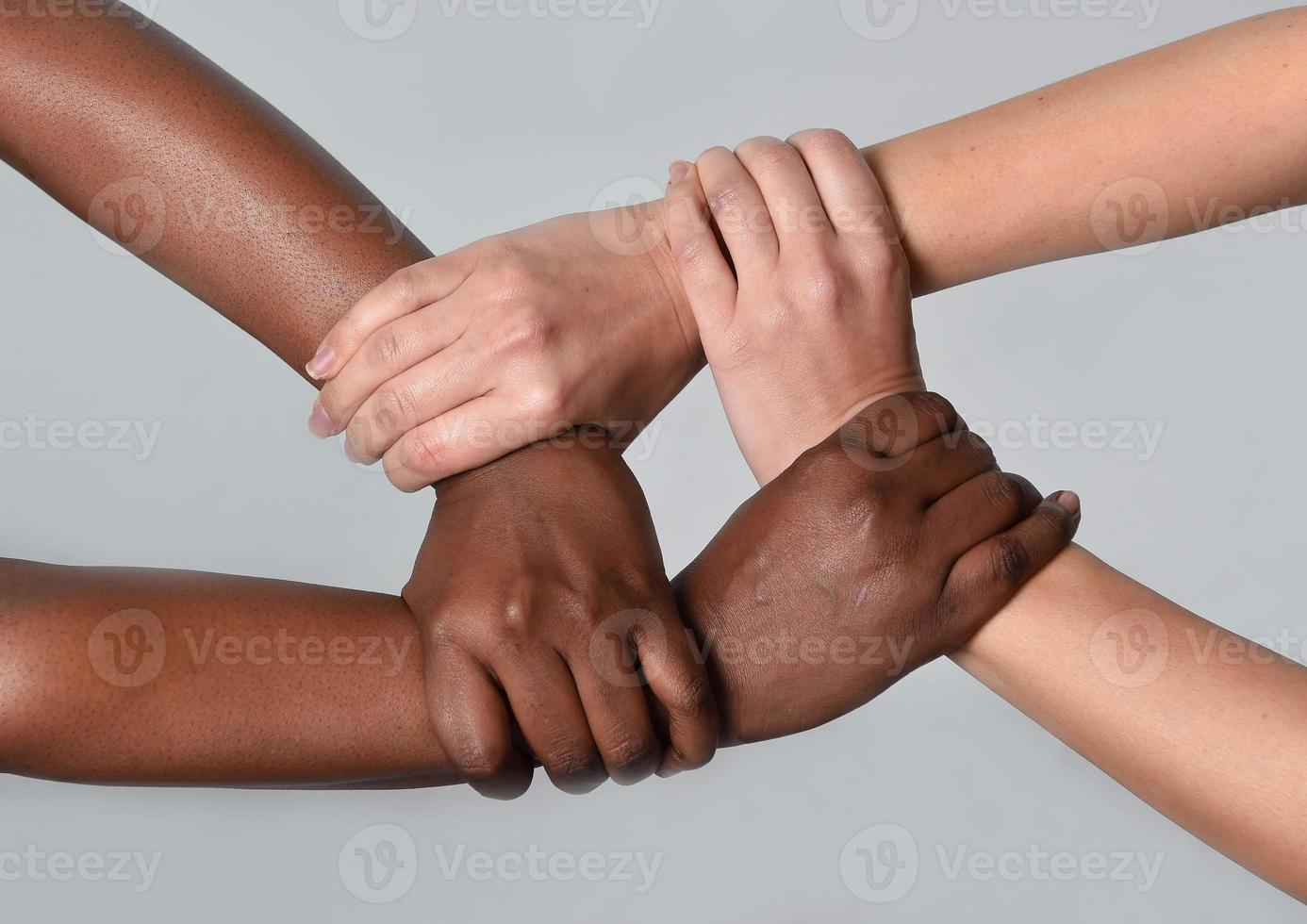 witte blanke vrouwelijke en zwarte Afro-Amerikaanse handen bij elkaar te houden foto