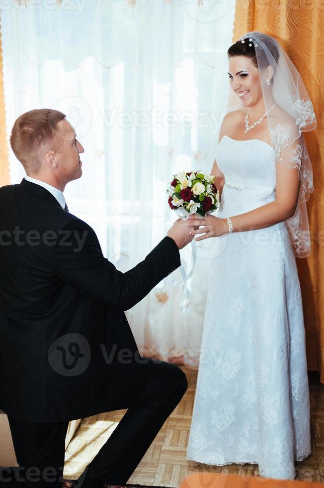 trouwkoppel. eerste ontmoeting van bruid en bruidegom foto