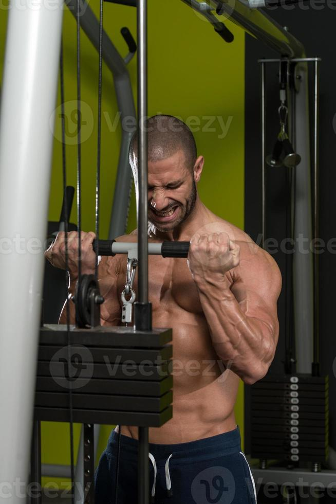 gespierde man doet zware oefening voor biceps foto