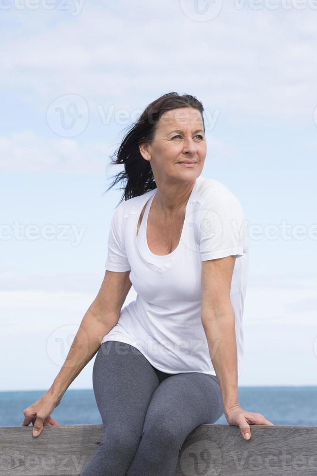 ontspannen sportieve senior vrouw buiten foto