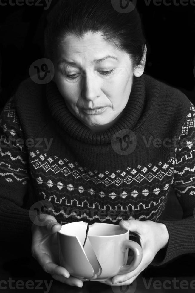 trieste oudere vrouw foto