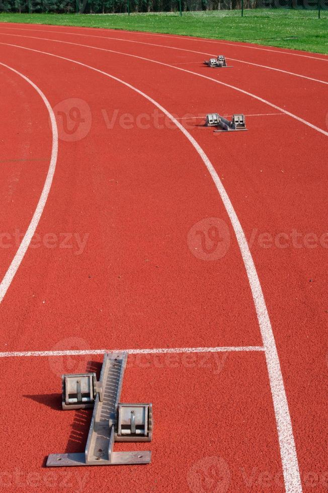 startblokken op de atletiekbaan foto