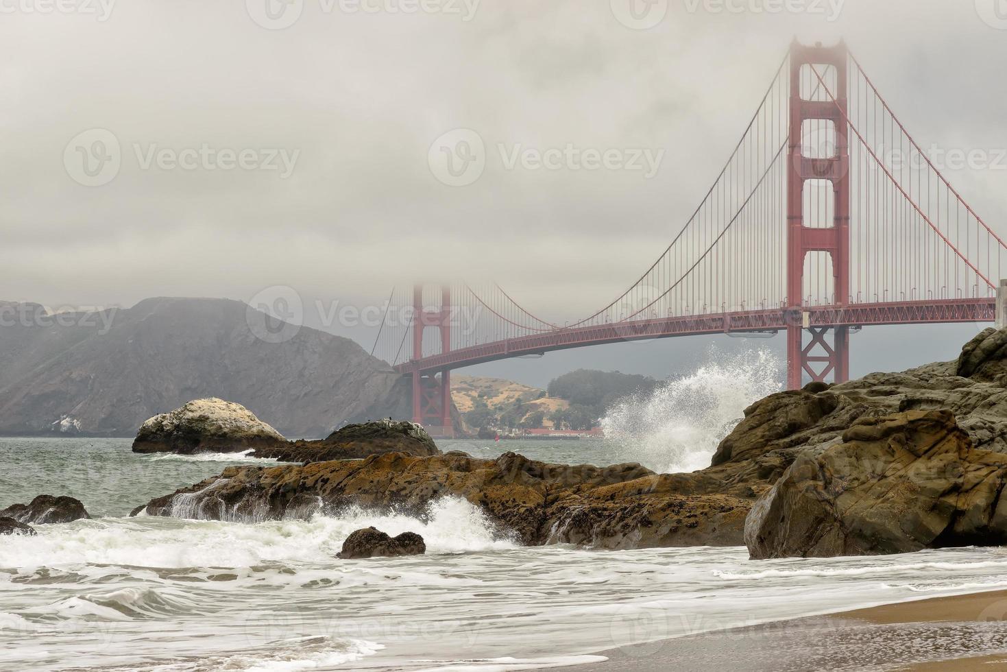 golden gate bridge in mist, San Francisco, Californië. foto
