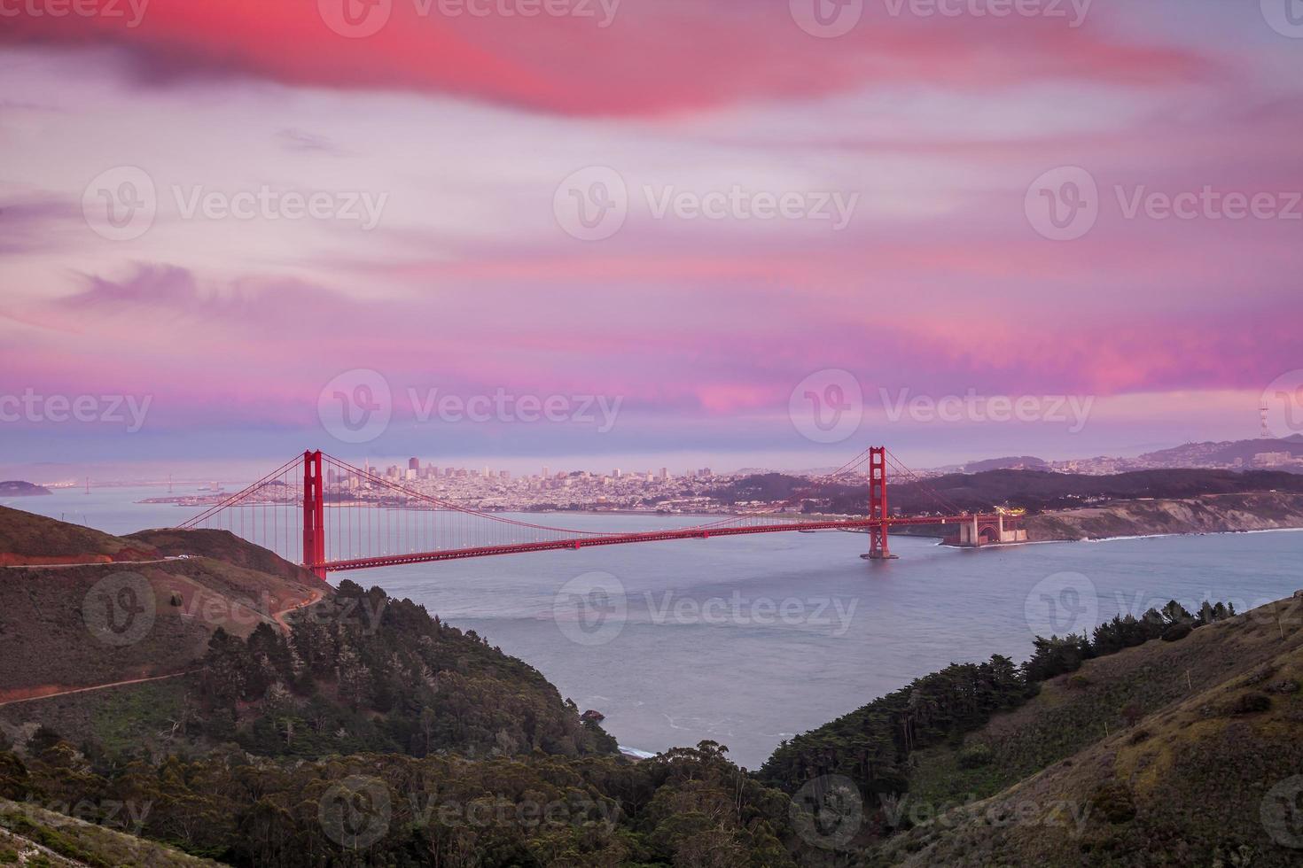 golden gate bridge en het centrum van San Francisco foto