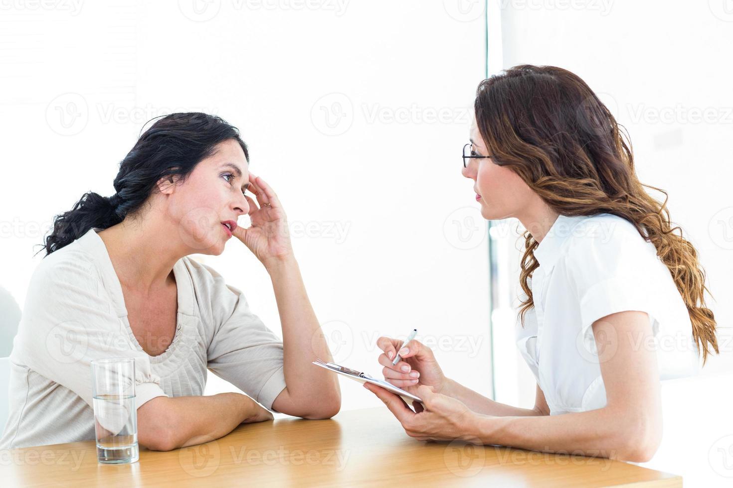 depressieve vrouw in gesprek met haar therapeut foto