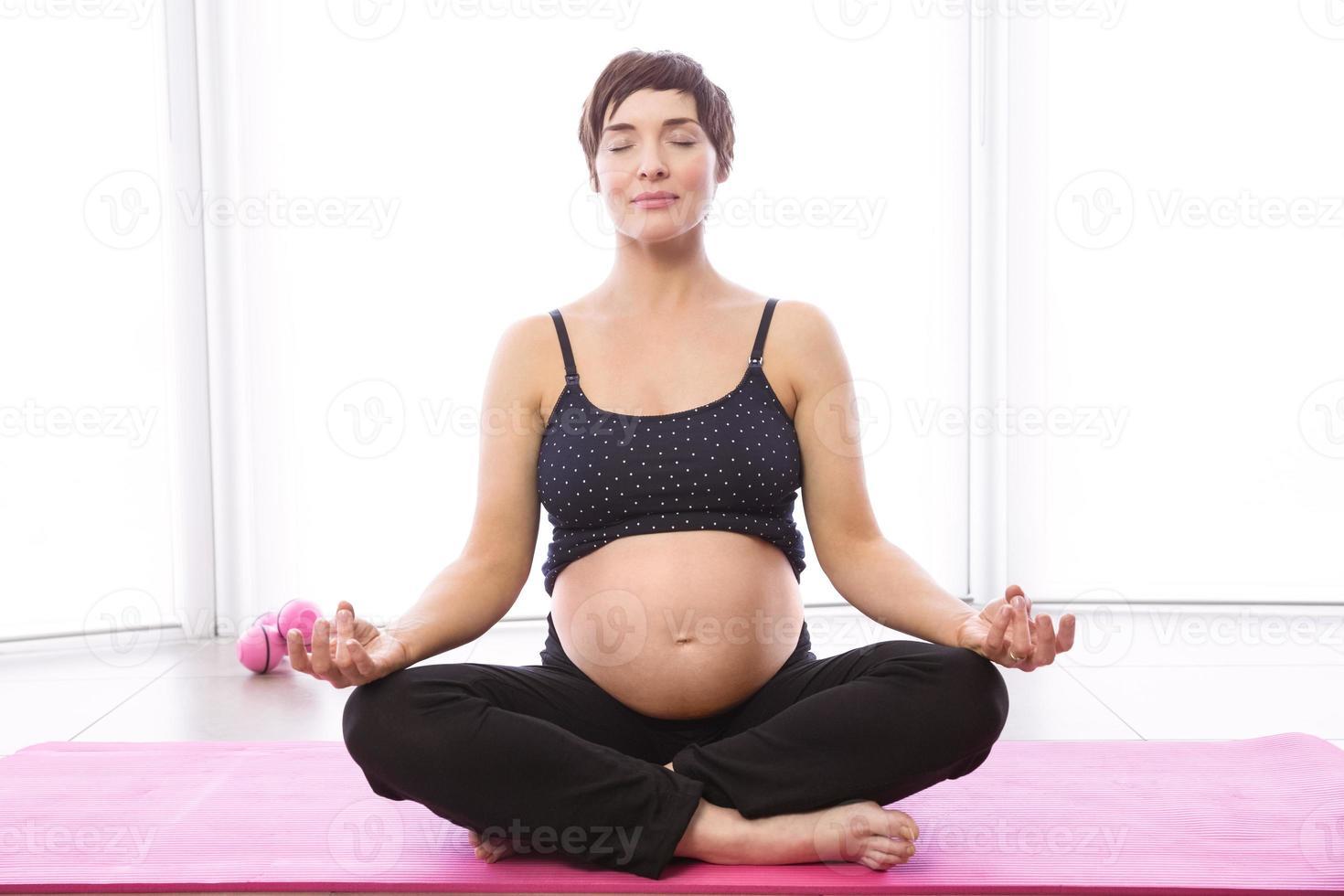 zwangere vrouw die in vorm houdt foto