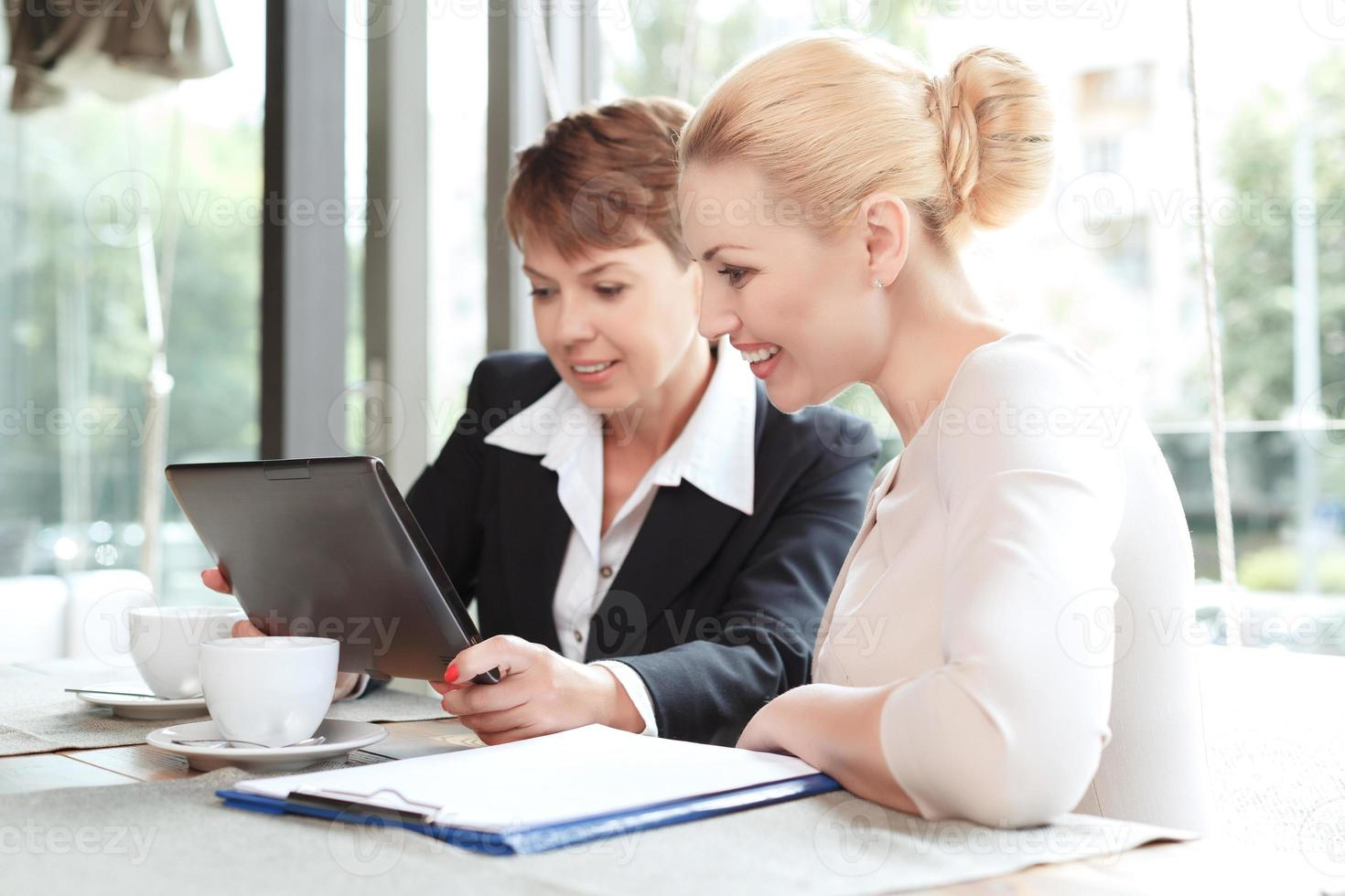 vrouwelijke ondernemers tijdens een zakenlunch foto