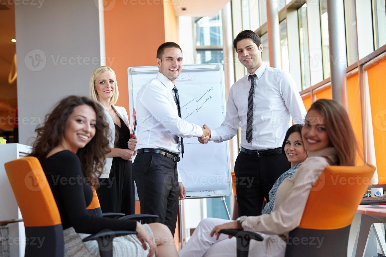 zakenman handen schudden foto