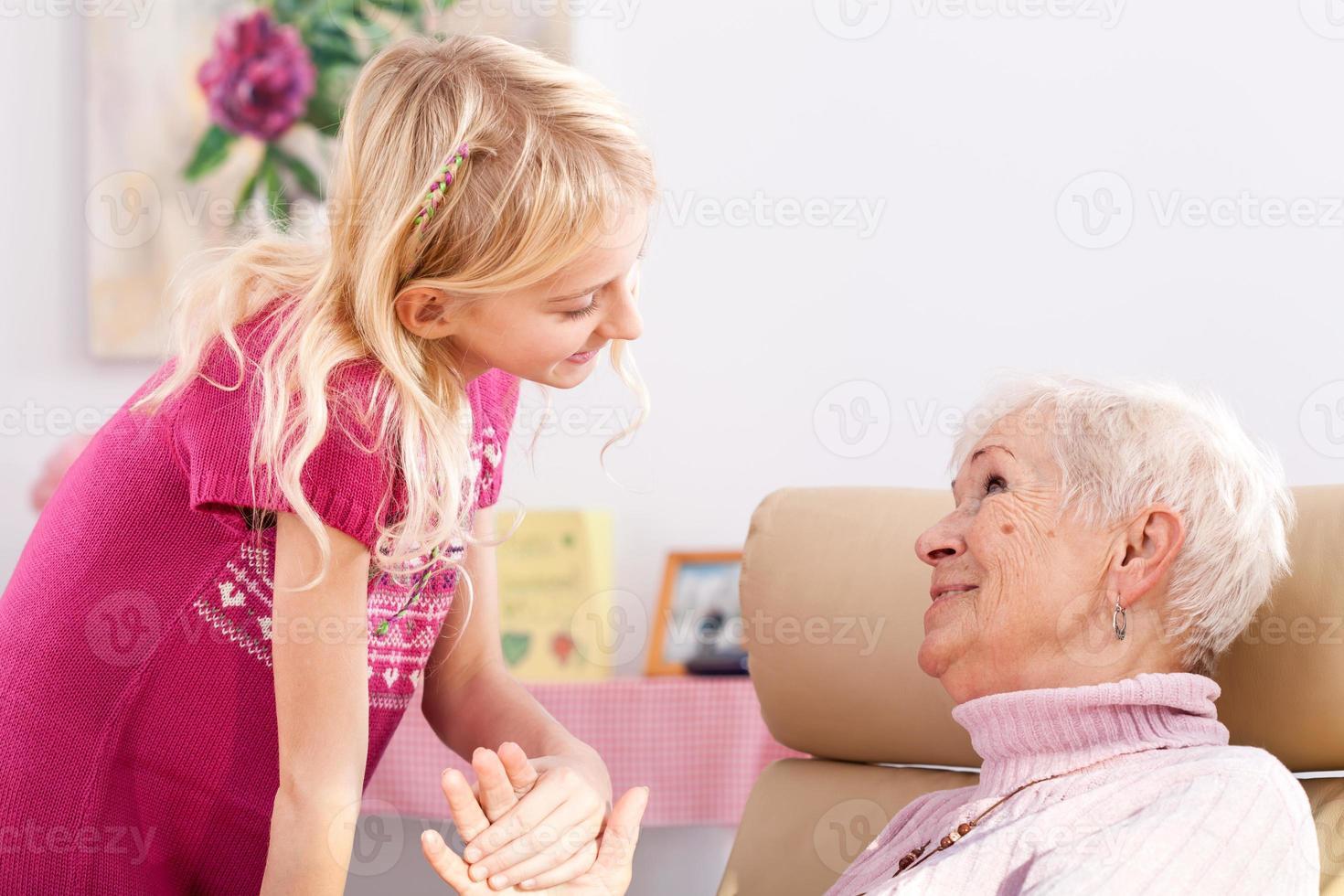 glimlachende kleindochter foto