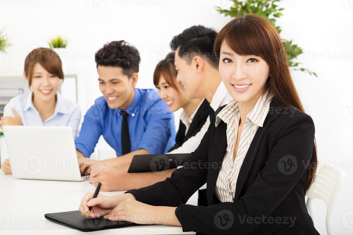 jonge mensen uit het bedrijfsleven samen te werken tijdens de bijeenkomst foto