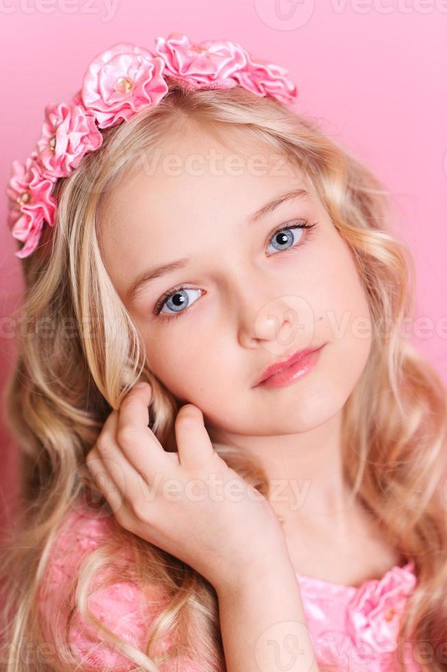 schattige jongen meisje poseren over roze foto