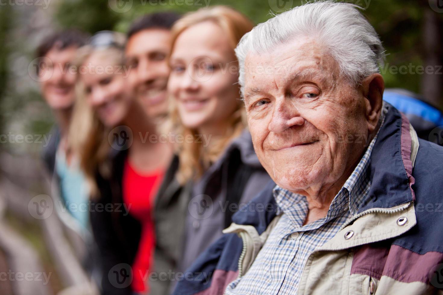 een oudere man op zoek naar de camera foto