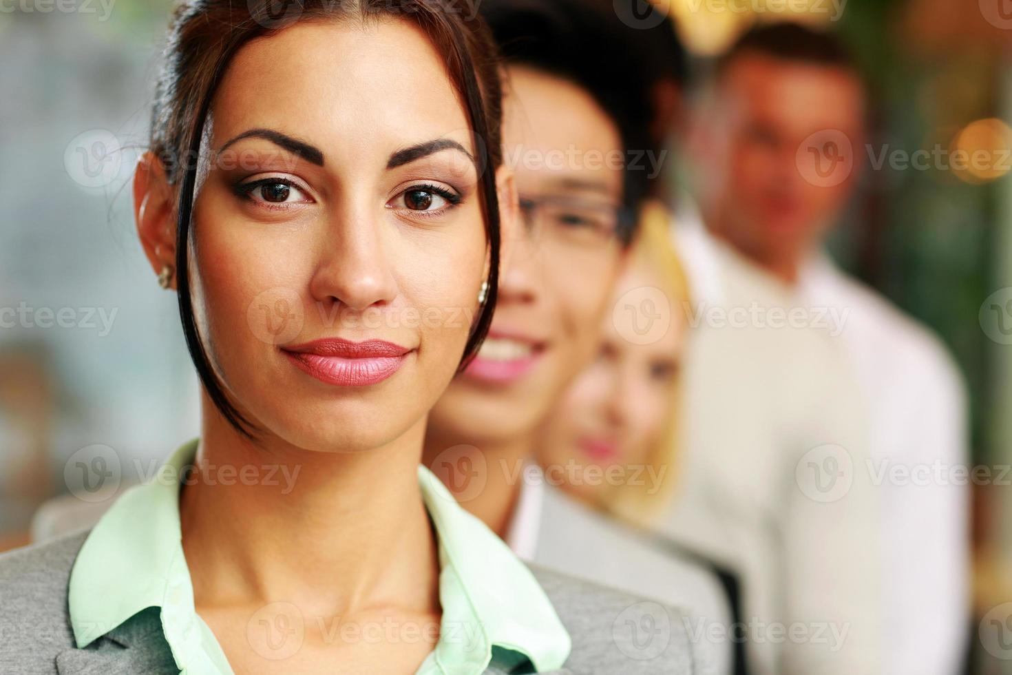 mensen uit het bedrijfsleven in het kantoor opgesteld foto