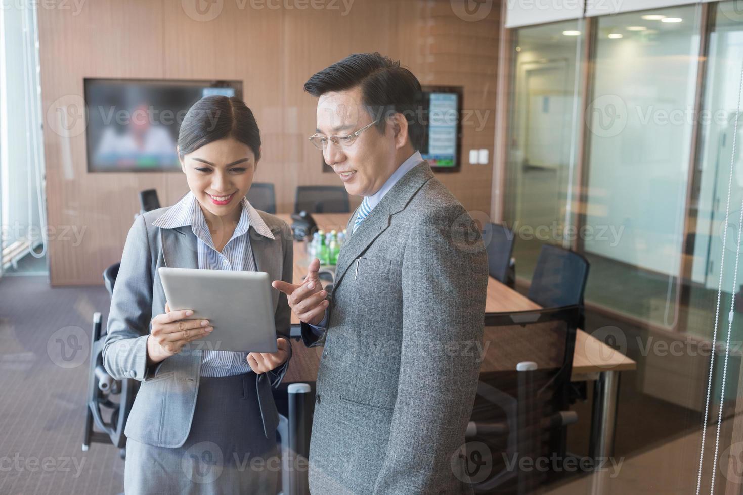 mensen uit het bedrijfsleven met een digitale tablet foto