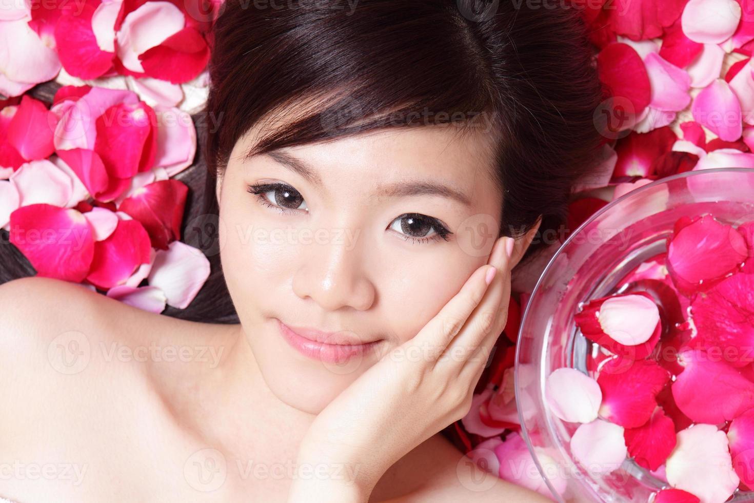 meisje lachend gezicht met roos foto