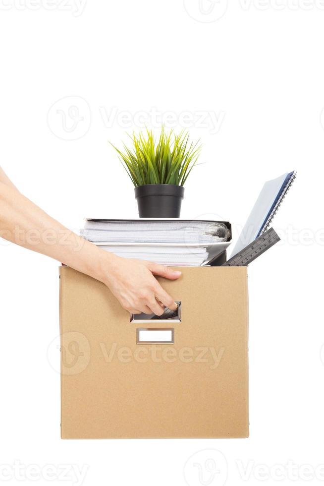 verlies baanconcept. hand die de doos van ontslagen werknemer houdt foto