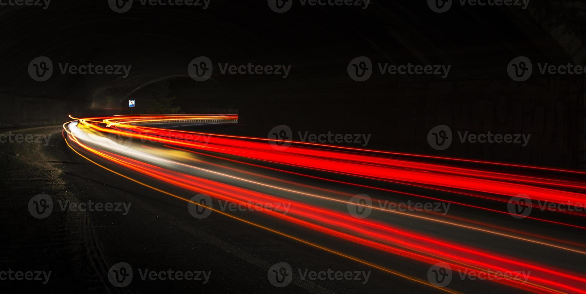 auto licht paden in de tunnel foto