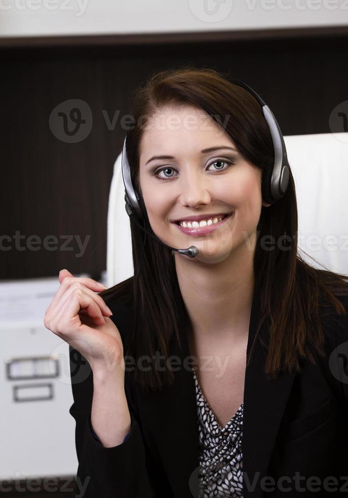 close-up van een vrouwelijke callcentermedewerker het glimlachen foto